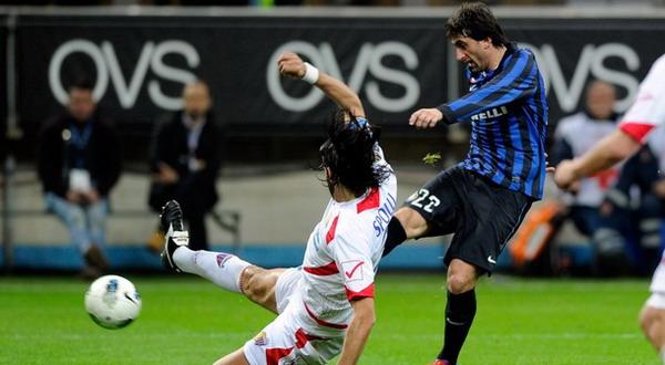 Aksi Diego Milito mencetak gol kedua Inter Milan (Foto: Daylife)
