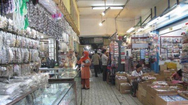 Menelisik Koleksi Aksesori di Pasar Asemka : Okezone Lifestyle