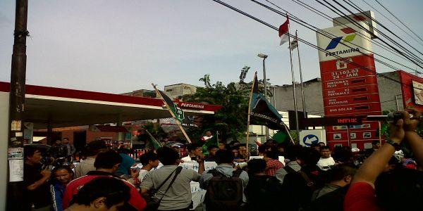 Aksi HMI tutup pom bensin di Cikini (foto: Awaludin/okezone)