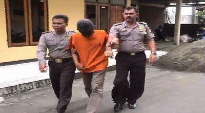 pelaku pemerkosa, guru RT digelandang polisi (foto: Mukhtar Bagus/okezone)