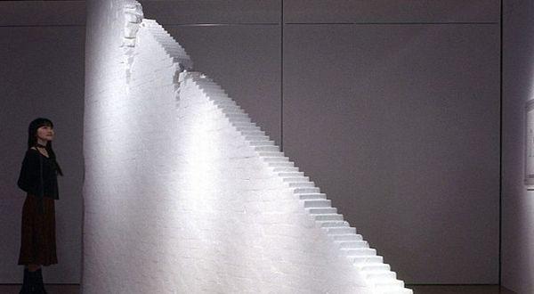 Foto : Pengunjung menyaksikan tangga buatan Yamamoto (WENN)