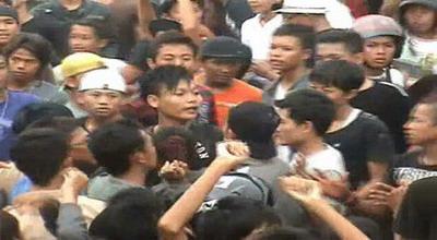 Demonstrasi Ricuh, Anggota Dewan 'Terjunkan' Penyanyi Dangdut