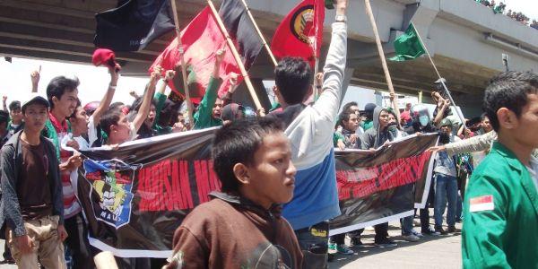 Demo di bawah fly over Makassar (Foto: Arphan R/okezone)