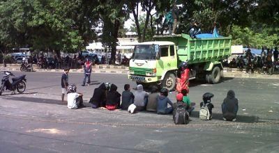 Ilustrasi, Mahasiswa memalang kendaraan di jalan raya (Foto: Andi A/okezone)