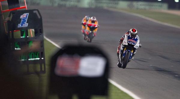 Terlihat pembalap Yamaha, Jorge Lorenzo berada di depan dua pesaingnya dari Honda, Dani Pedrosa dan Casey Stoner (foto: Getty Images)