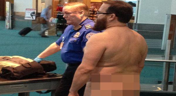 Foto : John Brennan bugil di bandara (kptv)