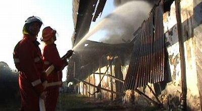 Kebakaran Gudang PT Garam di Sumenep (Foto: Abdul Rahem/Sindo TV)
