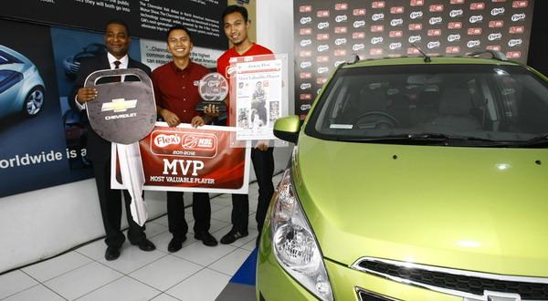 Yanuar dengan hadiah yang diterimanya sebagai MVP (Foto: DBL Indonesia Media Relations)