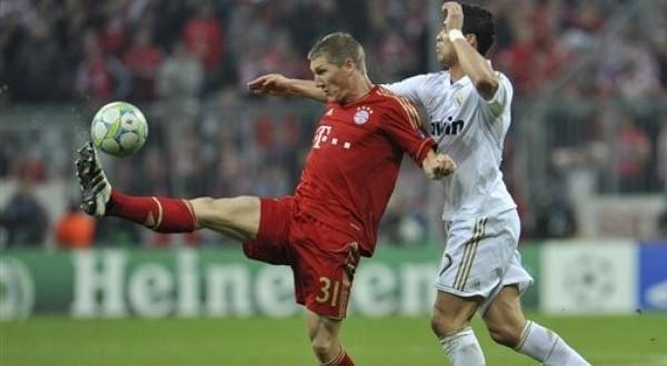 Bastian Schweinsteiger (kiri) menilai Bayern Munich punya kans besar menang di kandang Real Madrid (Foto: Daylife)