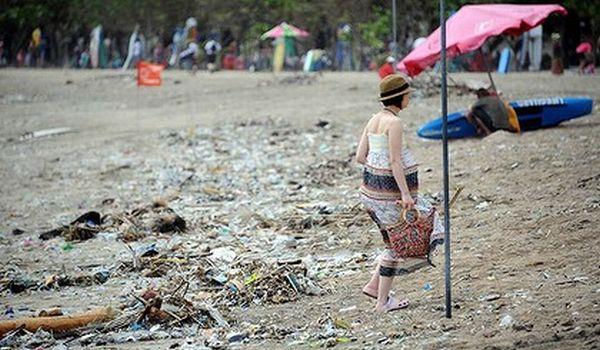 Pantai Kuta yang dipenuhi sampah (Foto: SMH)