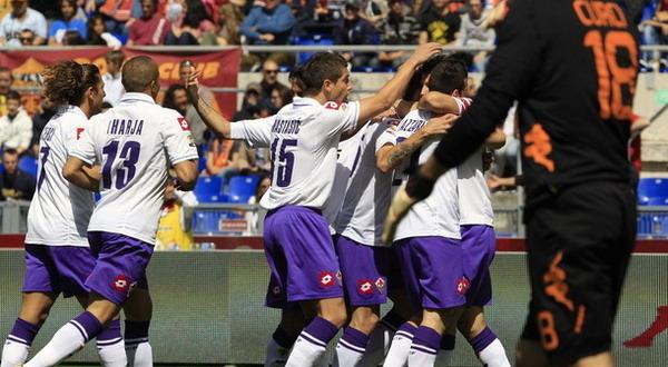 Para pemain Fiorentina sedang merayakan gol (foto: Getty Images)