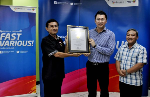 Direktur PT Okezone Indonesia, Ronny Sugiadha dan Pemred Okezone, M Budi Santosa saat menerima Piagam Muri.