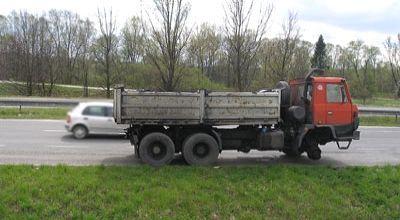 Truk yang kehilangan roda (Foto: Orange)