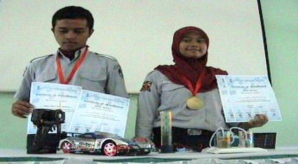 Nando dan Nurul mengubah urine menjadi bahan bakar mobil. (Foto: Hari Istiawan/okezone)