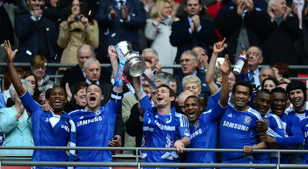 John Terry dan Frank Lampard bersama para pemain Chelsea lainnya marayakan keberhasilan menjuarai FA Cup/Getty Images