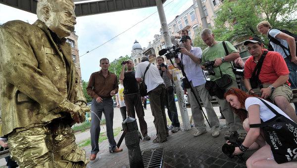 Foto : Patung stalin kencing (AFP)