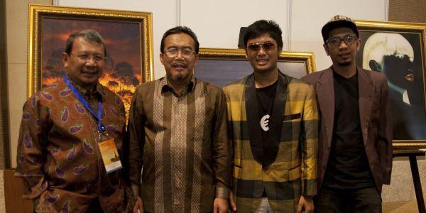 Anton Apriantono (kiri) saat berpose dengan fotografer lainnya (Foto: Rohmat/okezone)