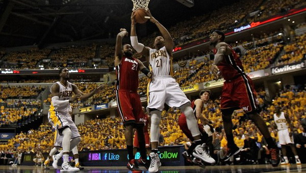 Power forward Indiana Pacers David West (nomor 21) gagal dibendung oleh para pemain Miami Heat/Getty Images