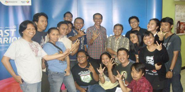 Jokowi berpose nyentrik dengan awak Okezone (Foto: Feri U/okezone)