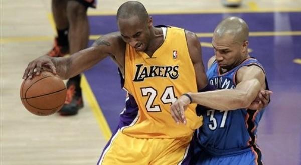 Kobe Bean Bryant (kiri) tengah berusaha melepaskan diri dari tekanan pemain Thunder (Foto: Daylife)