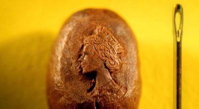 Biji kopi yang diukir wajah Ratu Inggris (Foto: Orange)