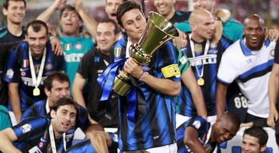 Javier Zanetti mencium trofi Coppa Italia (Foto: Daylife)