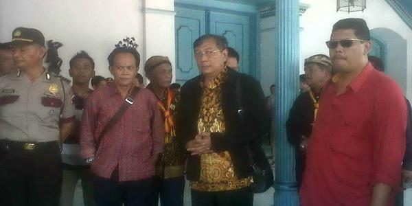 PB XIII Hangabehi tertahan di gerbang utama Keraton Solo (foto: Bramantyo/ Okezone)