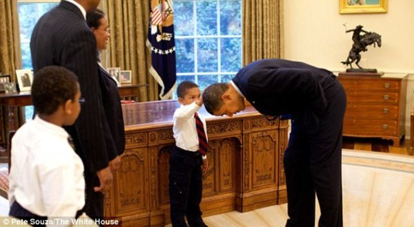 Jacob Sentuh Kepala Presiden Obama (Foto: Daily Mail)