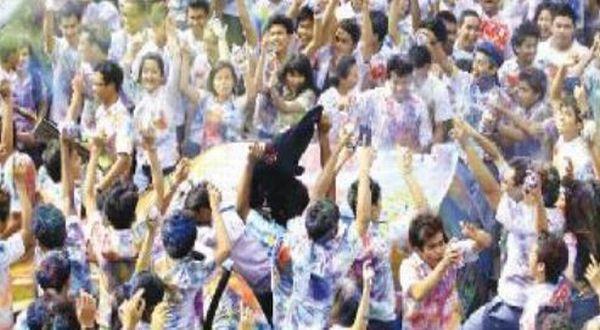 Pelajar SMA mencorat-coret baju seragam usai UN. (Foto: koran si)