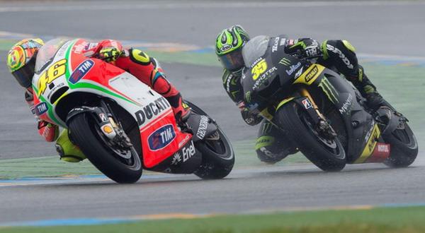Cal Crutchlow (kanan) kalah berduel dengan Valentino Rossi di Sirkuit Le Mans pada MotoGP Prancis akhir pekan lalu/Getty Images