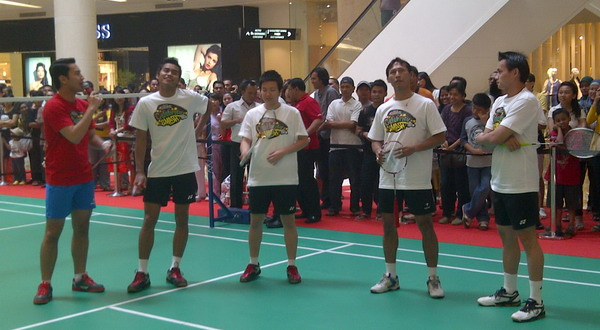 (Dari kiri ke kanan) Tontowi Ahmad, Lilyana Natsir, Sigit Budiarto, dan Chandra Wijaya meriahkan acara Celebrity Smash di Mall Gandaria City, Jakarta, Sabtu (26/5/2012)/M. Indra Nugraha (Okezone)