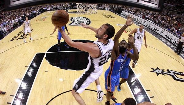 Manu Ginobili (memegang bola) menginspirasi kemenangan San Antonio Spurs dari bangku cadangan/Getty Images