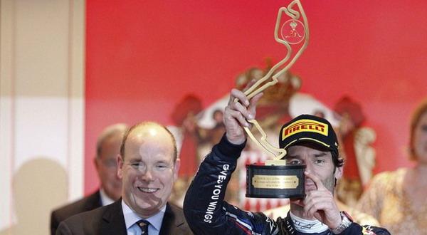 Mark Webber (kanan) sedang mengangkat trofi GP Monaco. (Foto: Reuters)