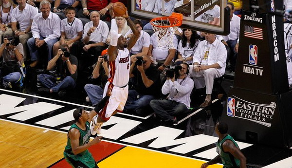 LeBron James menjadi inspirator kemenangan Miami Heat atas Boston Celtics di game pertama final Timur/Getty Images