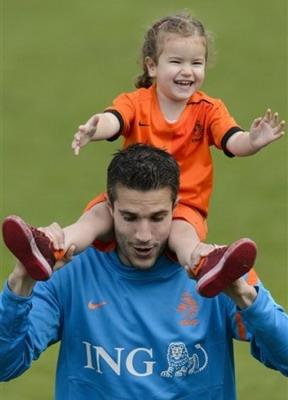 Robin van Persie dan putrinya Dina. (Foto: Daylife)