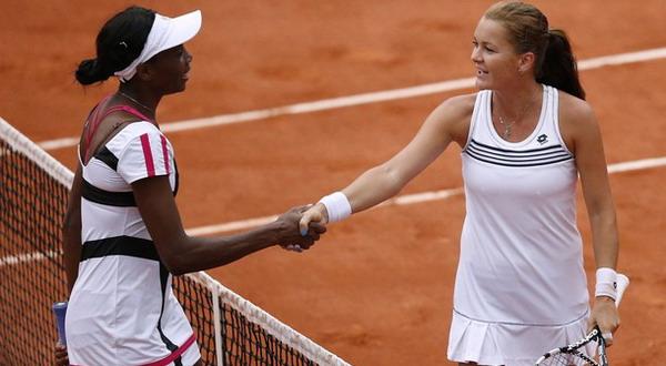 Venus Williams mengucapkan selamat kepada Agnieszka Radwanska seusai pertandingan/Getty Images