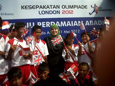 Baroness Sayeeda Warsi foto bersama anak-anak Aceh (Foto: Salman Madira)