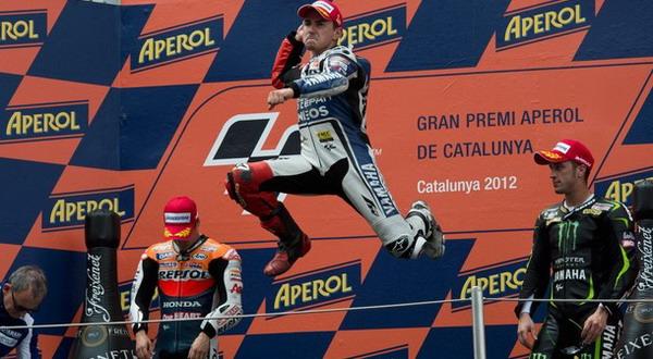 Sudah tiga kali Jorge Lorenzo (tengah) melakukan selebrasi melompat di podium seperti ini/Getty Images