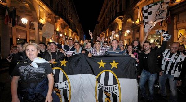 Juventus akan meniadakan simbol bintang di kostum barunya musim depan/Getty Images