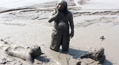 Ilustrasi warga mandi lumpur di Desa Siring (Foto: Koran SI/Abdul Rouf)