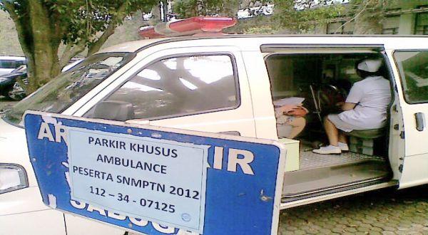 Ambulans tempat Nurul mengerjakan soal SNMPTN (Foto: Iman H/Okezone)