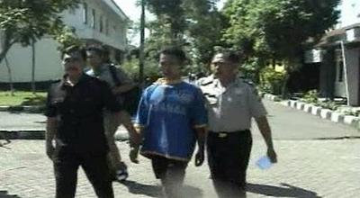 Sopir angkot pemerkosa buruh (tengah) di Pasuruan (Dok: Sindo TV/Jaka S)