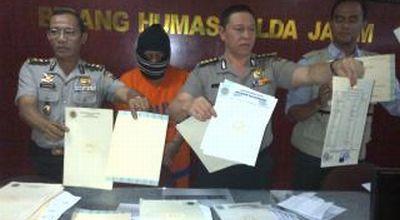 Pelaku & ijazah palsu yang diamankan polisi (Foto: Nurul/okezone)