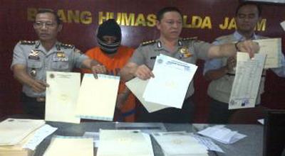 Barang bukti ijazah palsu (foto: Nurul Arifin/ Okezone)