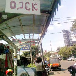 Halte berubah fungsi jadi pangkalan ojek. (Foto: Dewi Ananda/UMB)