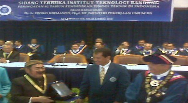 Pak Raden menerima penghargaan dari ITB. (Foto: Iman H/Okezone)