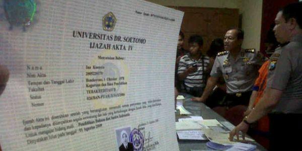 Ijazah palsu yang diamankan polisi (Foto: Nurul/okezone)