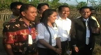Dahlan Iskan foto bareng dengan warga (Dok: Sindo TV/Dion Umbu)