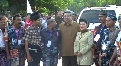Presiden SBY & Ani Yudhoyono bersama warga Sumba (foto: Dion Umbu/ Sindo TV)