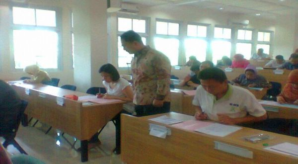 Rektor UI Gumilar R Somantri meninjau pelaksanaan Simak UI di SMKN 6 Jakarta (Foto: Marieska/Okezone)